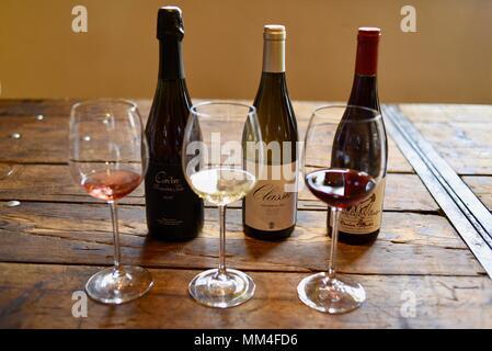 Erlesene Weine zu verkosten, weiss, rose und Rotwein mit Flaschen, La Bergerie handwerklichen Markt, Texas Hill Country, Fredericksburg, Texas, USA - Stockfoto