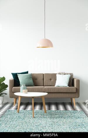 ... Pastellfarben Lampe über Weiße Runde Tisch In Der Nähe Der Braunen Sofa  In Einfachen Wohnzimmer Innenraum