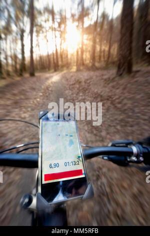 Fahrradlenker mit Global Positioning System, Trentino, Italien - Stockfoto