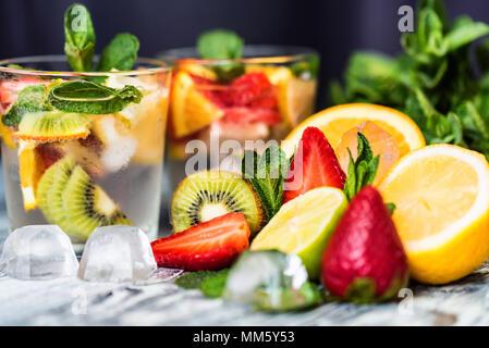 Hausgemachte Limonade mit Obst und Minze - Stockfoto