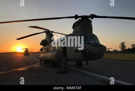 Am frühen Morgen Preflight Checks werden als CH-47 s von der Pennsylvania Army National Guard abgeschlossen sind bereit für Missionen der Überquerung der Florida Keys zu spoolen, Relief, die für die durch den Hurrikan Irma, 14.09.2017, betroffen. - Stockfoto