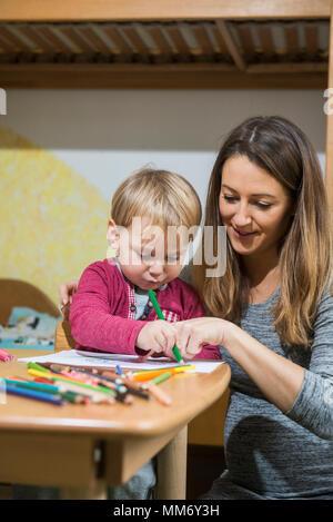 Mutter, Sohn mit Buntstift, München, Deutschland - Stockfoto