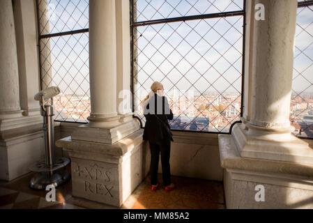 Venedig, Italien, 26. Oktober 2017: Frau auf Observation Deck St. Mark's Campanile beobachten auf Venedig Panorama. Italien. - Stockfoto