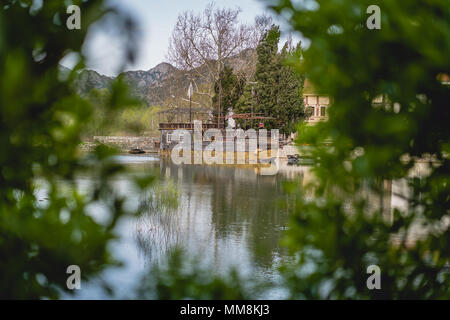 Alten, verlassenen Schiffs in Virpazar Stadt, Montenegro verankert - Stockfoto