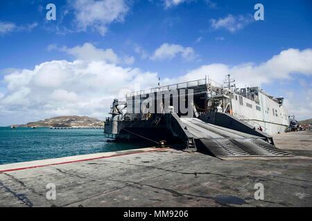 170916-N-KW 679-0148 Philipsburg, Sint Maarten (16. September 2017) Die expeditionary schnelles Transportschiff USNS Speerspitze (T-EPF 1) ist günstig pier Seite in der humanitären Hilfe und Katastrophenhilfe in Gebieten, die von Hurrikan Irma betroffenen dargestellt. SPS17 ist ein U.S. Navy Bereitstellung durch die US Naval Forces Southern Command/USA ausgeführt 4. Flotte, die sich auf Experten Austausch mit Partner Nation, Militär und Sicherheitskräfte in Zentral- und Südamerika. (U.S. Marine Foto von Mass Communication Specialist 3. Klasse Kristen Cheyenne Yarber/Freigegeben) - Stockfoto