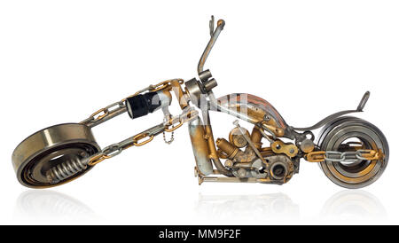 Handgefertigte Motorrad, Chopper, Cruiser aus Metall Teile, Lager, Schraubendreher, Motor Kerzen, Drähte, Ketten. Ein Motorrad Modell isoliert auf einem weißen - Stockfoto