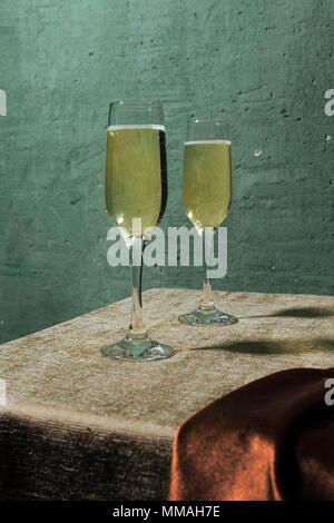 Flöten, gefüllt mit Prosecco, in einem Restaurant in Conegliano. Prosecco ist ein weißer Sekt kultiviert und in Valdobbiadene-Cone produziert - Stockfoto