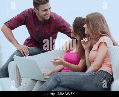 Gruppe von Studenten sprechen, sitzen auf der Couch. - Stockfoto