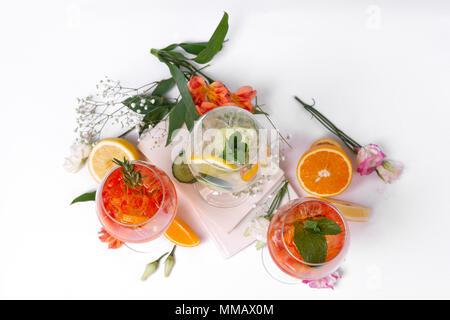 Noch immer leben Foto von drei Wein und Fruchtcocktails. Satz von Alkohol im Sommer Getränke und Cocktails. - Stockfoto