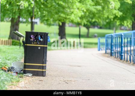 Tag anzuzeigen, überfüllt mit Müll Black Metal Trash Katzenklo überfüllt. - Stockfoto