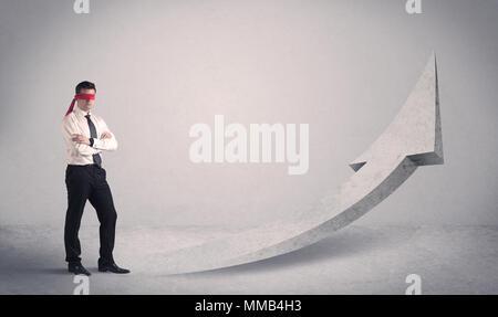 Ein erschrocken die Augen Geschäftsmann gezwungen ein Problem Konzept mit bebilderter Pfeil pointng zu den Himmel in den leeren Raum zu Gesicht. - Stockfoto