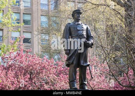 Farragut Monument ist von wunderschönen Frühling Bäume im Madison Square Park, NYC, USA umgeben - Stockfoto