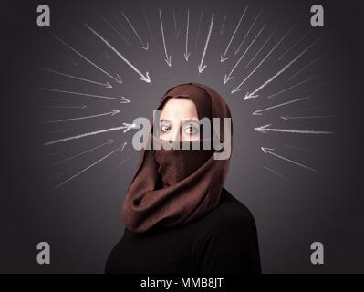 Junge muslimische Frau Niqab tragen mit weißen Pfeile an den Kopf - Stockfoto