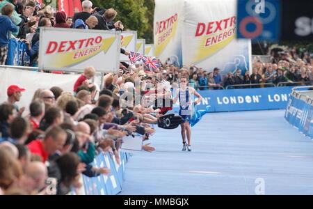 UK - Triathlon - Ende - Alistair Brownlee genießt die Unterstützung der Masse in den letzten Meter des Rennens, Elite Männer ITU World Championship Dextro Energy Triathlon London, den 7. August 2011 - Stockfoto