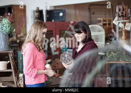 Zwei kaukasischen Frauen Shopping in einem antiken Speicher - Stockfoto