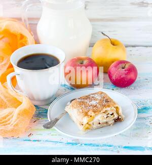 Brötchen mit Apple auf einem Teller mit Zucker Tasse schwarzen Kaffee und einen Krug Milch, Äpfel zum Frühstück - Stockfoto