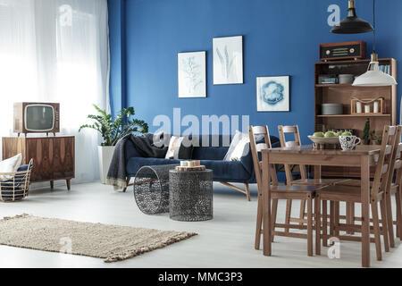 Esstisch aus Holz in geräumigen retro style Lounge - Stockfoto