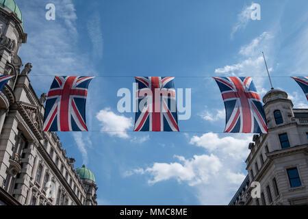 In der Nähe von Gebäuden auf der Regent Street in London, bei der die Zeile der britischen Flaggen die königliche Hochzeit von Prinz Harry zu feiern Meghan Markle. - Stockfoto