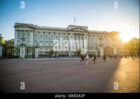 LONDON - Mai 7, 2018: Blick über die Blumenbeete vor dem Buckingham Palace bei Sonnenuntergang.