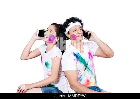 Gerne zwei Junge Freund zusammen Holi Festival Reden Handy genießen. - Stockfoto