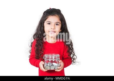 Ein kleines Mädchen, dass Jar von Münzen Geld sparen Sparschwein - Stockfoto