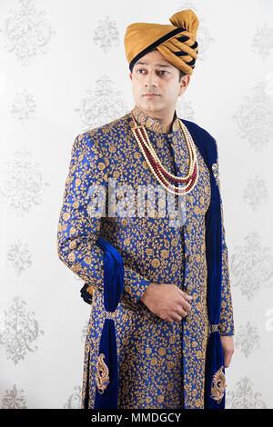 Ein indischer Royal Bräutigam ManTraditional Hochzeit Kleid Sherwani Verschleiß - Stockfoto