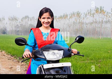 Teenager-Mädchen mit Motorroller in central London UK 2006 Stockfoto ...