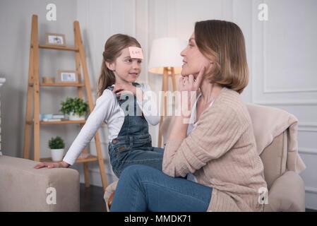 Happy girl ein Spiel spielen mit ihrer Mama - Stockfoto