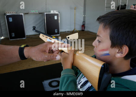 11-jähriger Junge lernen Dreharbeiten in Paris, Frankreich. - Stockfoto
