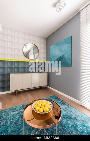... Schwarze Und Weiße Quadratische Formen Mit Gelben Details An Der Wall  In Modernen Und Farbenfrohen Wohnzimmer