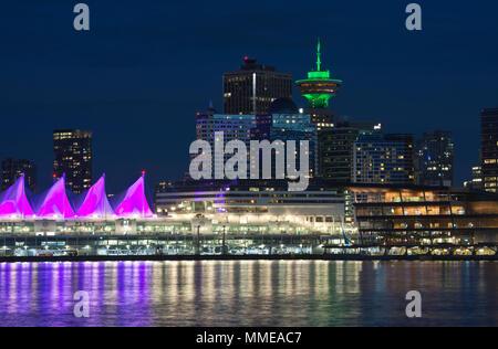 Skyline von Vancouver waterfront in der Nacht. Canada Place, Harbour Center, Convention Center, und Gebäude in der Innenstadt von Vancouver, BC, Kanada. - Stockfoto