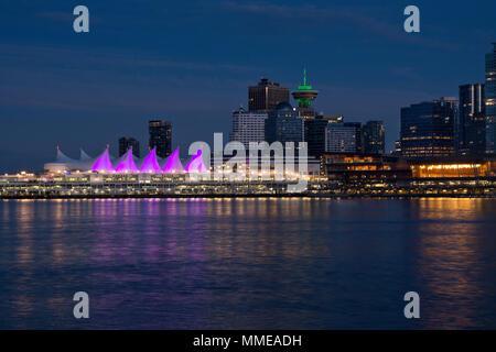 Vancouver Skyline bei Nacht mit Canada Place, Harbour Centre und Convention Centers. 2018 - Stockfoto