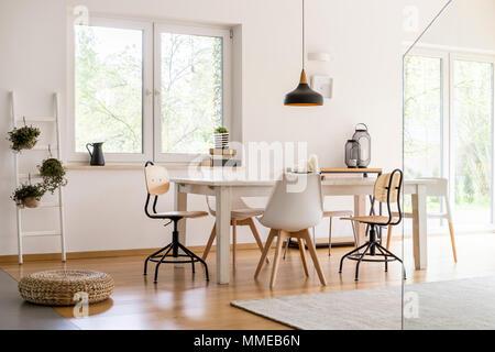 Wei e st hle bei einfachen holztisch in moderne wei e k che esszimmer mit parkettboden und - Weisse designer stuhle ...