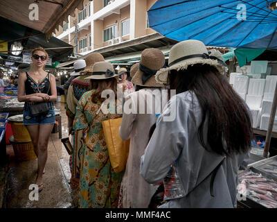Gruppe von japanischen Touristinnen tragen Stroh sun Hüte in einem thailändischen Markt. Thailand Südostasien - Stockfoto
