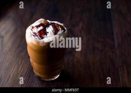 Iced Coffee Caramel Frappe/Frappuccino mit Sahne und Karamell Sirup. Beverage Konzept. - Stockfoto