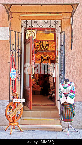 Lemberg, Ukraine - 28. Juni, 2014: Shop mit alten traditionellen Kleidung in Lemberg, Ukraine - Stockfoto