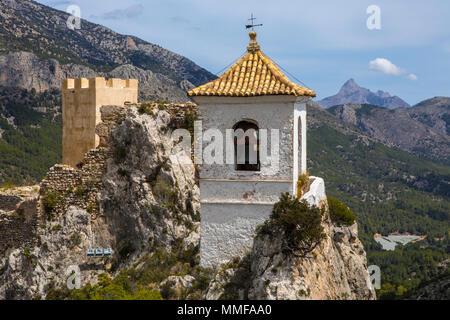 Der atemberaubende Blick vom Castillo de San Jose der malerischen Landschaft von Guadalest in Spanien. - Stockfoto