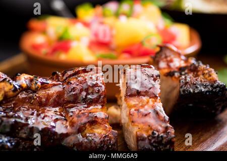 Jamaican Jerk Schweinebauch mit Mango Salsa - Stockfoto
