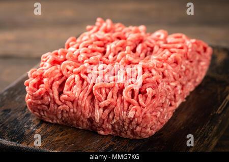 Rothaarige saugt roh rotes Fleisch