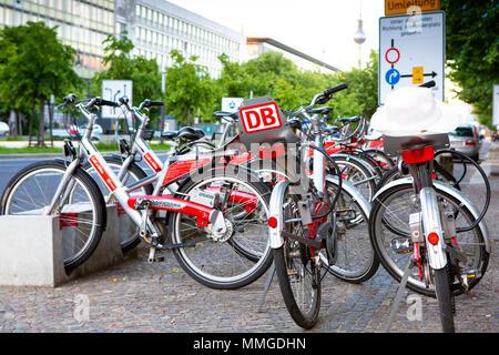 BERLIN, DEUTSCHLAND - 10. JUNI 2013: Fahrradverleih Deutsche Bahn Deutsche Bahn. - Stockfoto