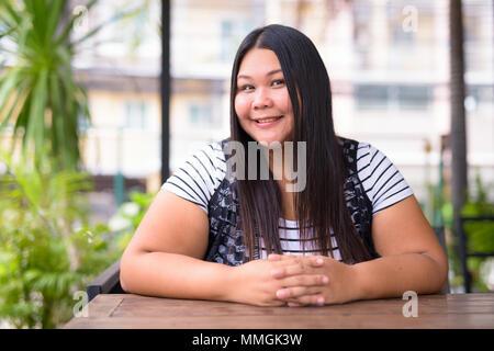 Schöne Übergewicht asiatische Frau entspannende im Coffee Shop - Stockfoto