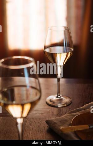 Flöten, gefüllt mit Prosecco, in einem Restaurant in Conegliano. Prosecco ist ein weißer Sekt kultiviert und in Valdobbiadene produziert - Stockfoto