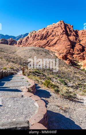Wanderweg entlang der Piste in den Ausläufern der Red Rock Canyon National Conservation Area außerhalb von Las Vegas, Nevada - Stockfoto