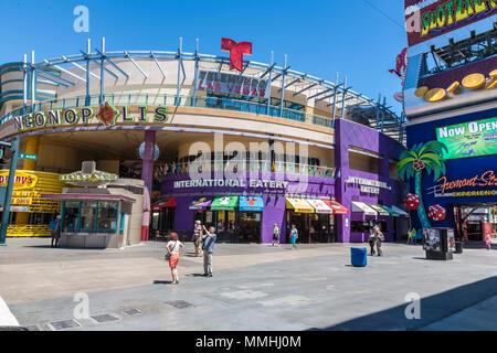 Touristen Stop für Bilder außerhalb Neonopolis Unterhaltungs komplex auf der Fremont Street Las Vegas Boulevard Las Vegas, Nevada - Stockfoto