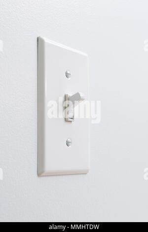 Umweltfreundliche, erneuerbare Energie, Weiß elektrischer Schalter auf der weißen Wand - Stockfoto