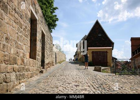 Quedlinburg, Deutschland - Mai 10, 2018: Blick auf eine Straße aus historischen Feld Steine mit Fachwerkhäusern im Weltkulturerbe Quedlinb - Stockfoto
