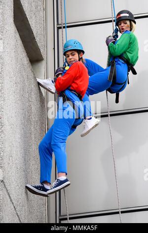 Freiwillige sind Abseilen an der Seite von Southend Krankenhaus 154 ft Tower Block Geld für Nächstenliebe anzuheben, mit einem Schwerpunkt auf Stationen und Abteilungen im Krankenhaus. Mario und Luigi (Abbi). Super Mario Brothers Kostüme - Stockfoto