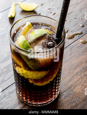Cuba Libre Cocktail mit Limetten und Eis. Beverage Konzept. - Stockfoto