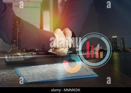 Double Exposure Geschäftsmann zitternden Hand und Nacht Stadt, Konzept in der Unternehmens- und zum Erfolg kommunizieren - Stockfoto