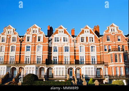 Elegante Häuser auf Bexhill direkt am Meer an der Südküste, East Sussex, Großbritannien - Stockfoto
